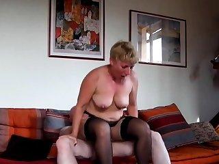 Unskilled mature sur sofa