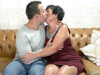 Aged woman Hettie is having outlandish sexual intercourse fun with young nextdoor dude